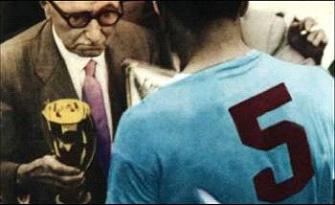 Kupaya adını veren Jules Rimet, buruk bir şekilde, kupayı Uruguay kaptanına verirken görülüyor.